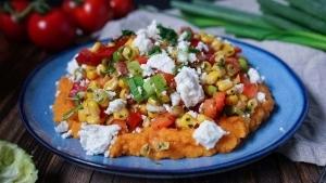 Line macht Süßkartoffelpüree mit Tomaten-Mais-Salat und Feta | Line kocht | Was is hier eigentlich los?