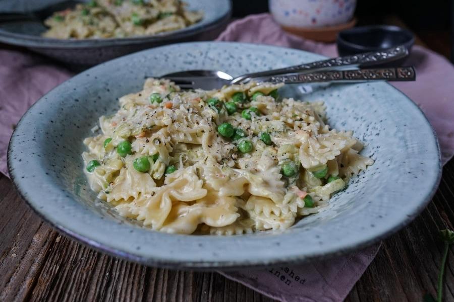 Line kocht Pasta mit Zucchini und in Knoblauch-Parmesan-Soße | Line kocht | Was is hier eigentlich los?