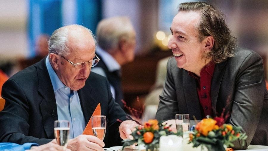 Die Geschichte eines Abends: Kümmelschnaps auf das Leben – Olli Schulz im Seniorenheim | Kino/TV | Was is hier eigentlich los?