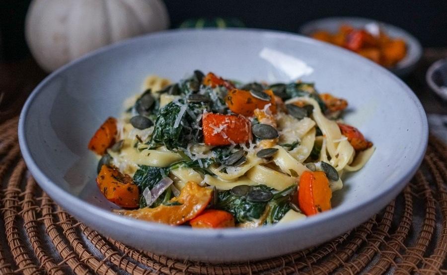 Line kocht Pasta mit Spinat, Kürbis und cremiger Soße | Line kocht | Was is hier eigentlich los?