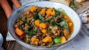 Line kocht Gemüse-Stew mit Kürbis, Spinat und Linsen | Line kocht | Was is hier eigentlich los?