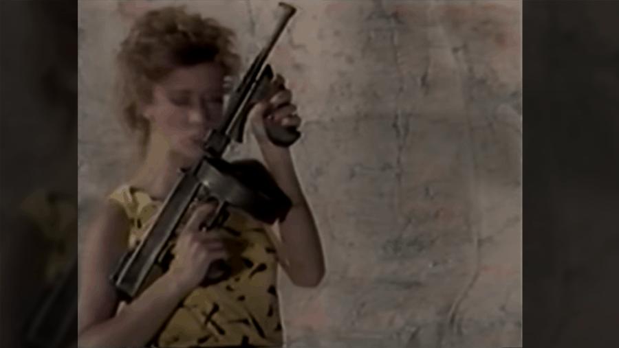 Frauen in Bikinis, die Waffen abfeuern | WTF | Was is hier eigentlich los?