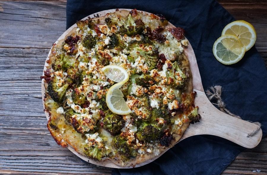 Line macht Brokkoli-Pizza mit Pesto und getrockeneten Tomaten | Line kocht | Was is hier eigentlich los?