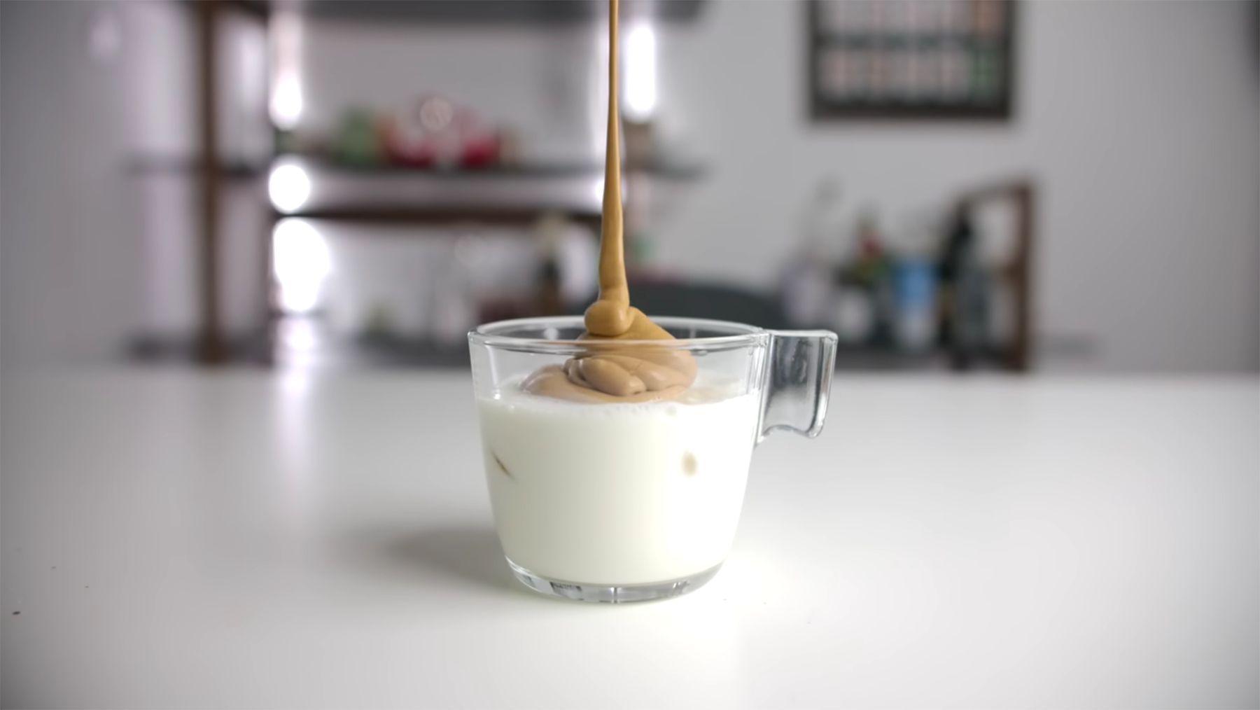 Dalgona-Kaffee erklärt | Essen und Trinken | Was is hier eigentlich los?