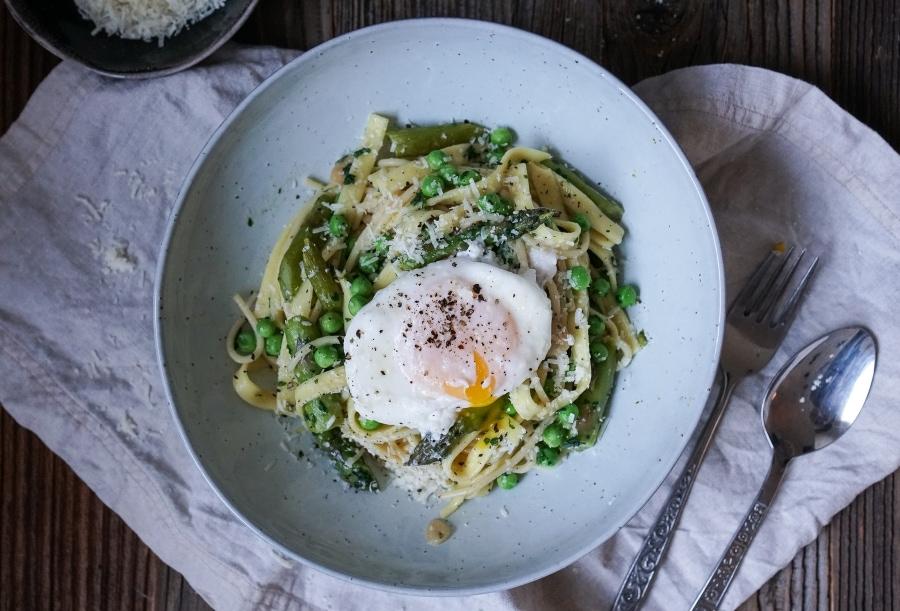 Line kocht Frühlingspasta mit grünem Spargel, Erbsen und pochiertem Ei | Line kocht | Was is hier eigentlich los?