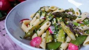 Line kocht Pasta mit grünem Spargel, Radieschen und Zuckerschoten | Line kocht | Was is hier eigentlich los?