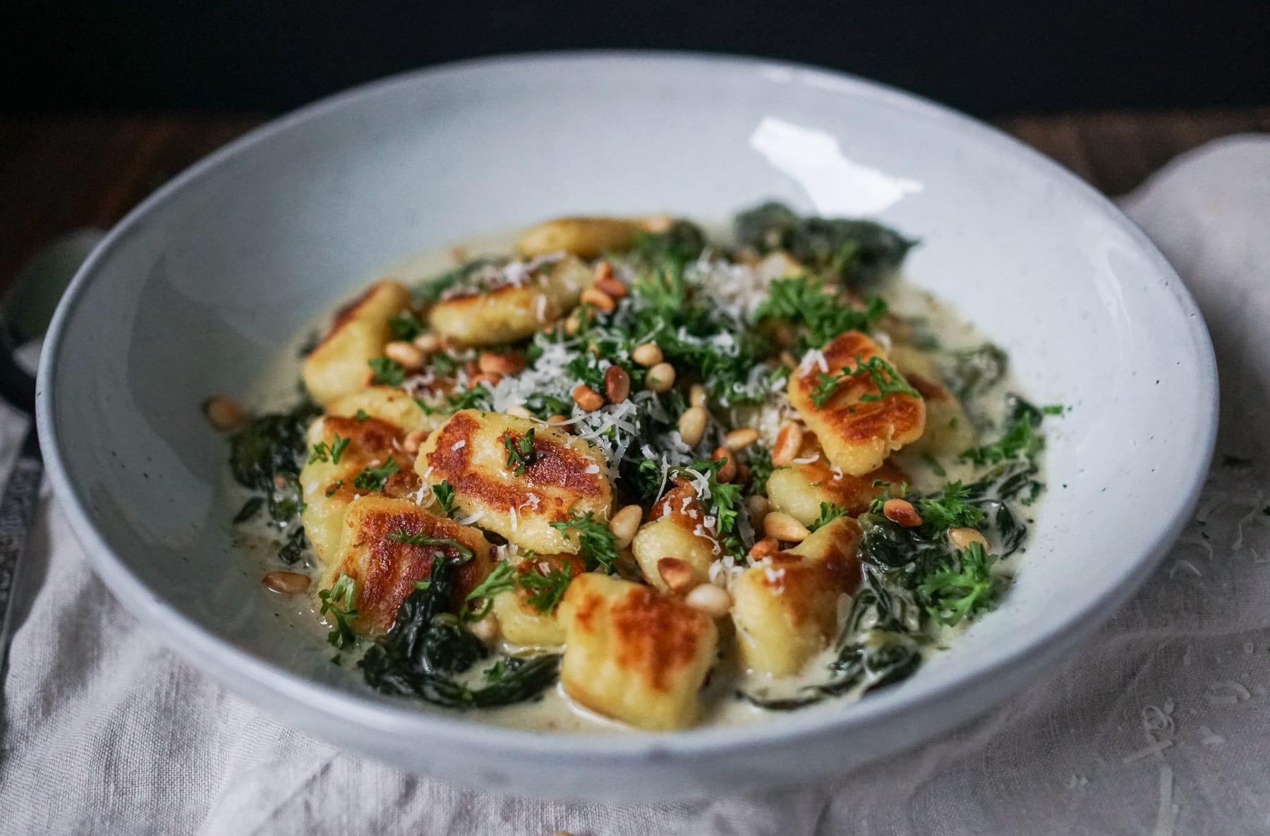 Line macht Gnocchi in Trüffel-Spinat-Soße mit gerösteten Pinienkernen | Line kocht | Was is hier eigentlich los?