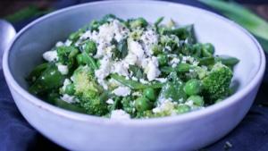 Line macht grünen Salat mit Erbsen, Brokkoli und Feta | Line kocht | Was is hier eigentlich los?