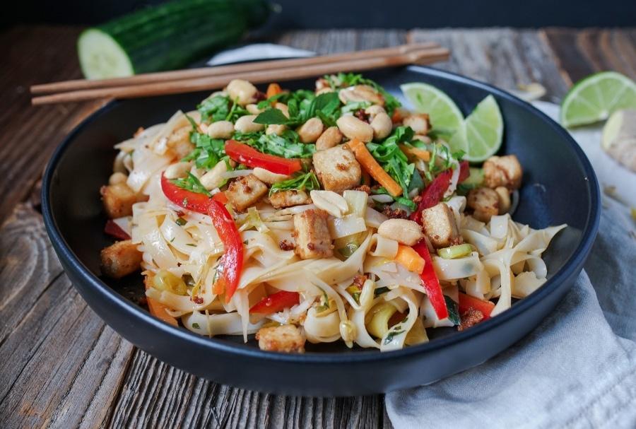 Line macht vietnamesischen Reisnudelsalat mit crispy Tofu | Line kocht | Was is hier eigentlich los?