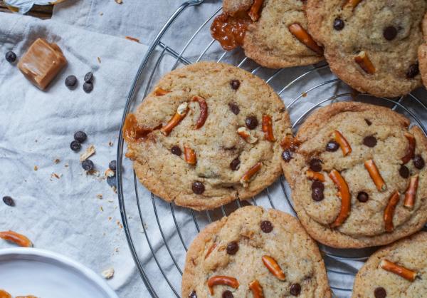 Line backt Chocolate-Chip-Cookies mit Karamell und Salzbrezeln