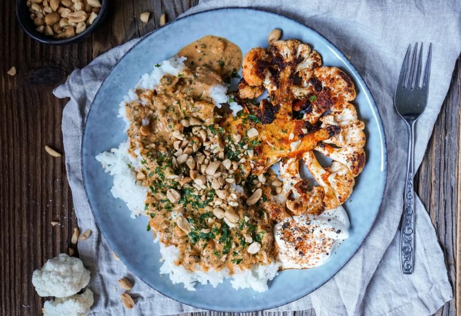 Line macht spicy Blumenkohlsteaks mit Erdnuss-Curry-Soße und Reis | Line kocht | Was is hier eigentlich los?