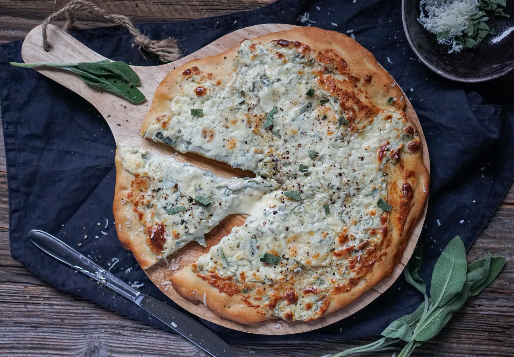 Line macht Pizza bianca mit Gorgonzola und Salbei | Line kocht | Was is hier eigentlich los?