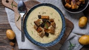 Line kocht Kartoffelsuppe mit Rosmarin und Knoblauch | Line kocht | Was is hier eigentlich los?