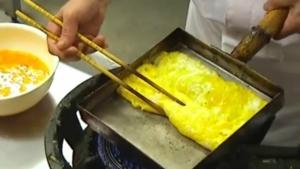 Wie man ein japanisches, gerolltes Omelette macht | Essen und Trinken | Was is hier eigentlich los?
