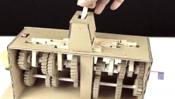 Ein Getriebe aus Pappe gebaut