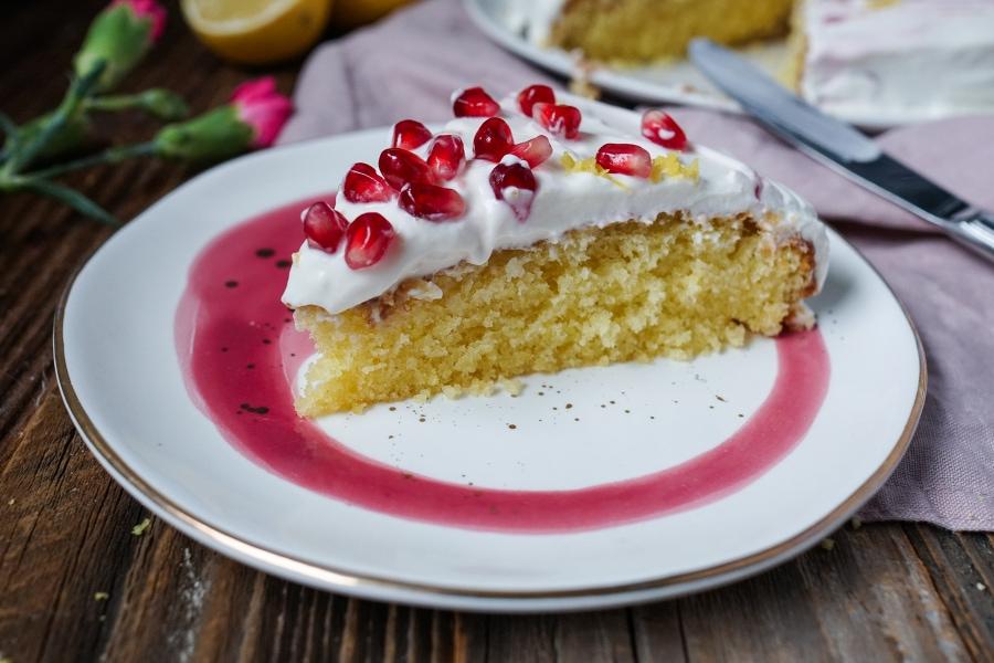 Line backt saftigen Zitronenkuchen mit Sahne-Quarkcreme und Granatapfel | Line backt | Was is hier eigentlich los?