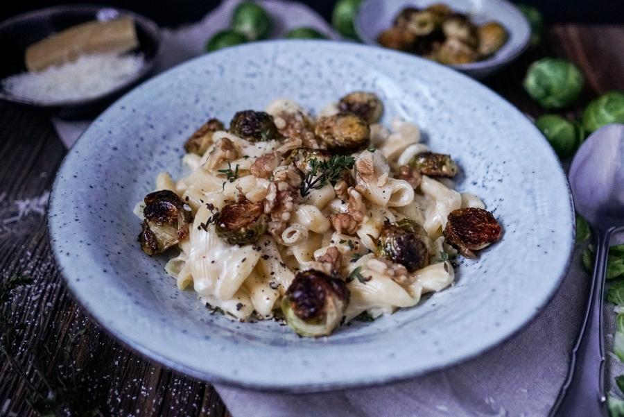 Line kocht Pasta mit Parmesansoße und geröstetem Rosenkohl | Line kocht | Was is hier eigentlich los?