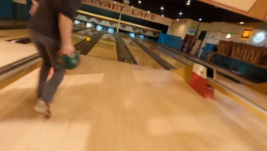 Mit einer Drohne durch eine Bowling-Bahn   Awesome   Was is hier eigentlich los?