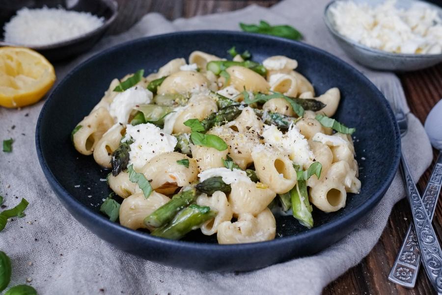 Line kocht Pasta in Zitronen-Basilikum-Soße mit grünem Spargel und Mozzarella | Line kocht | Was is hier eigentlich los?