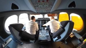 Ein Pilot enthüllt die Schlafkabine und den Avionik-Bereich im Flugzeug | Was gelernt | Was is hier eigentlich los?