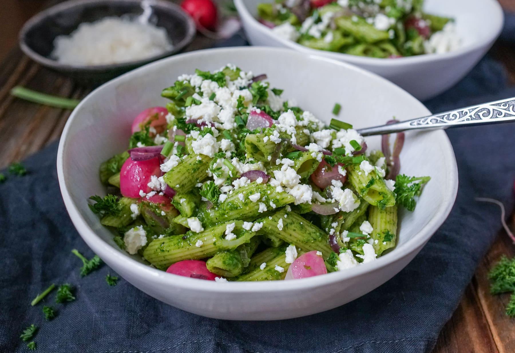 Line macht Pasta-Salat mit Bärlauch-Kräuter-Pesto, Radieschen und Feta | Line kocht | Was is hier eigentlich los?