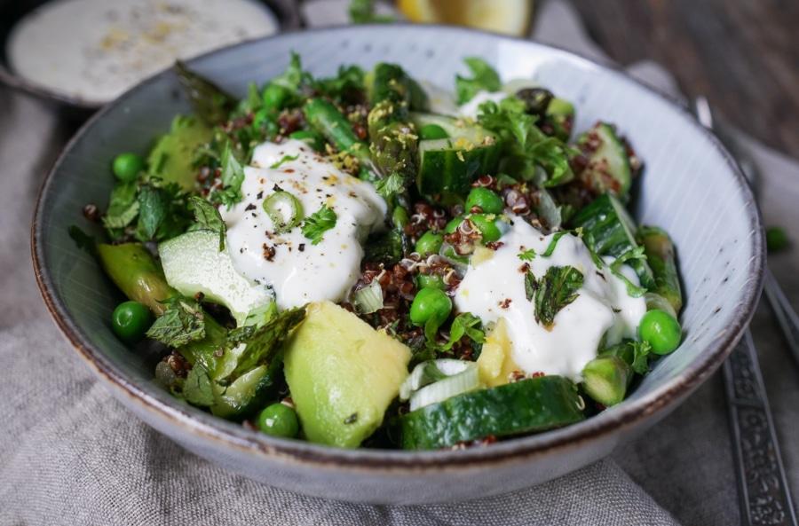 Line macht Quinoa-Salat mit grünem Spargel, Erbsen und Knoblauch-Creme | Line kocht | Was is hier eigentlich los?