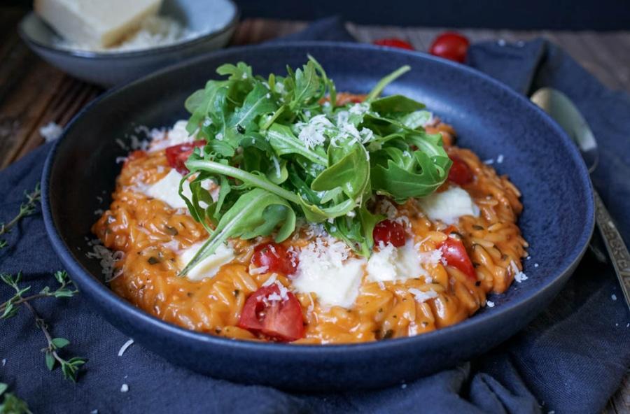 Line kocht Orzo in cremiger Tomatensoße mit Mozzarella und viel Knoblauch | Line kocht | Was is hier eigentlich los?
