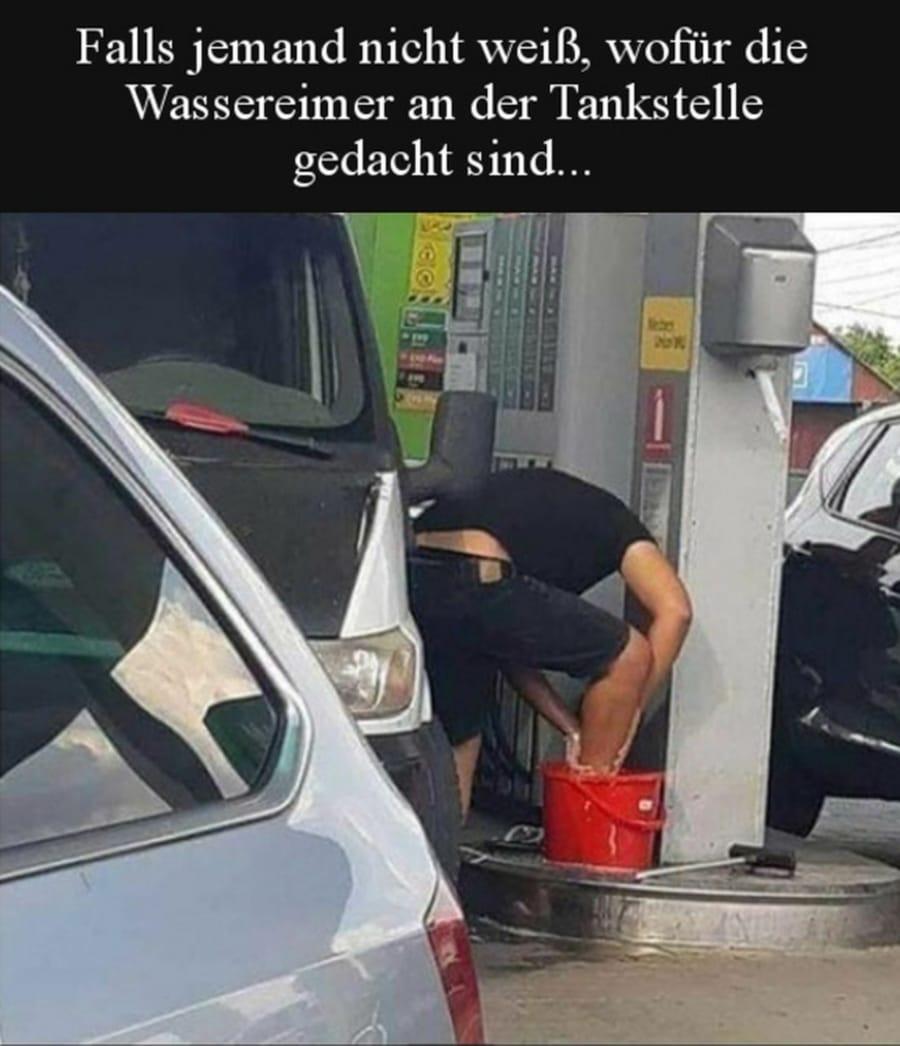 Wofür die Wassereimer an den Tankstellen wirklich sind   Lustiges   Was is hier eigentlich los?