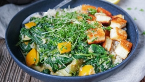 Line macht Reis-Bowl mit cremigem Curry-Spinat und Halloumi | Line kocht | Was is hier eigentlich los?