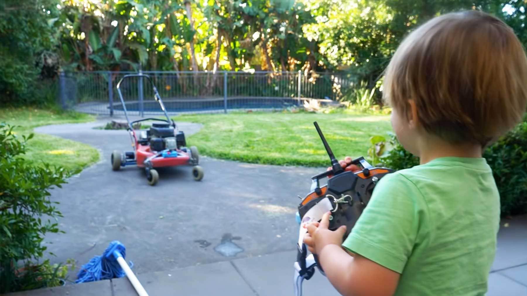 Noch ein ferngesteuerter Rasenmäher   Gadgets   Was is hier eigentlich los?